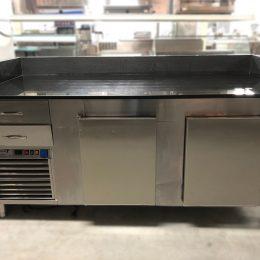 Pizzawerkband met koeling afgewerkt met zwart graniet werkblad verkrijgbaar bij Vanal NV Antwerpen Brecht